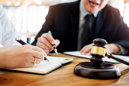 Pourquoi se faire assister par des avocats spécialisés en droit public ?